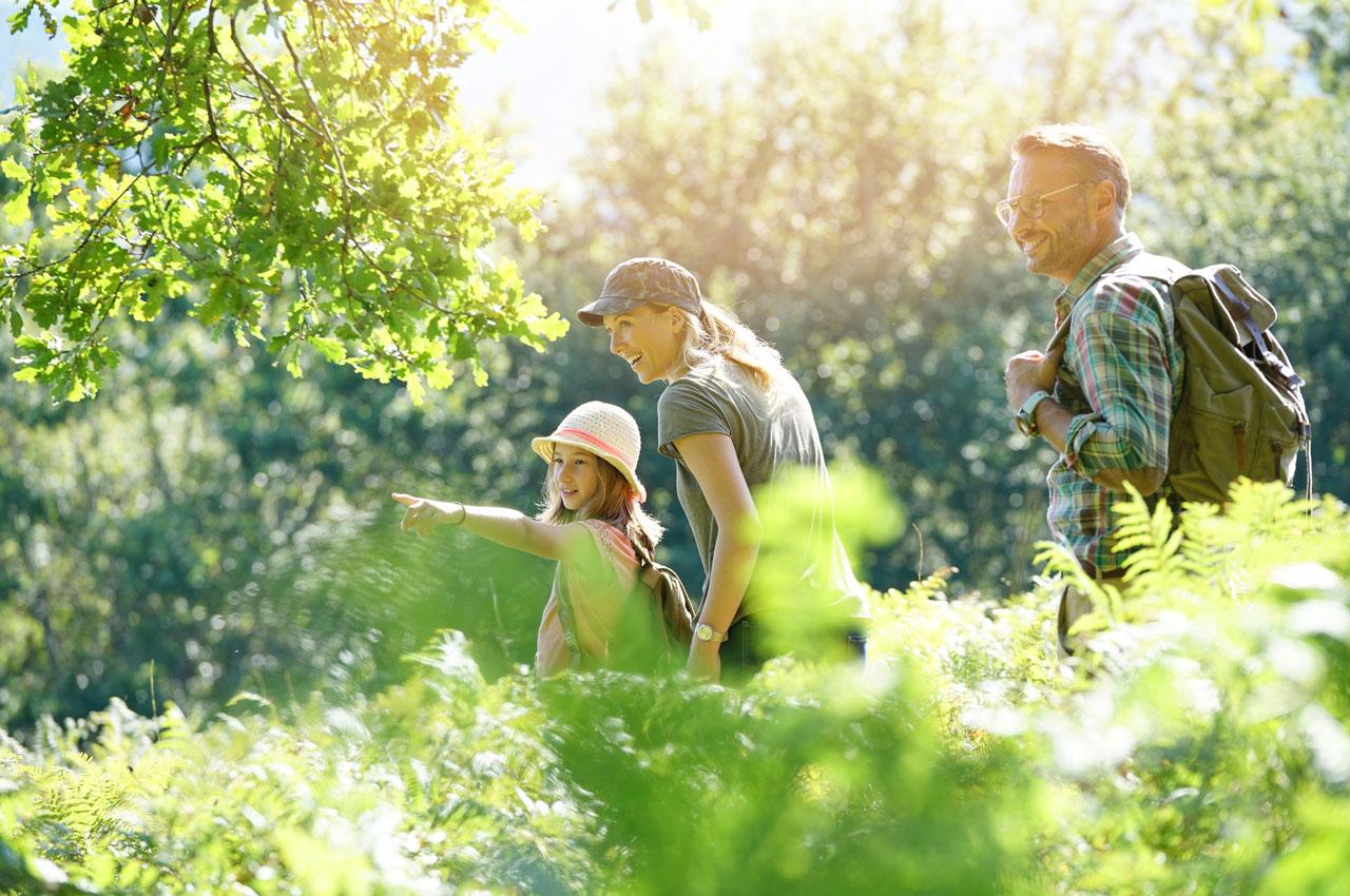 Famiglia durante escursione in campagna